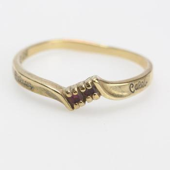9kt Gold 1.69g Ring With Red Stones