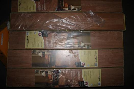 Traffic Master Gladstone Oak Glueless Laminate Flooring; 15 Pieces