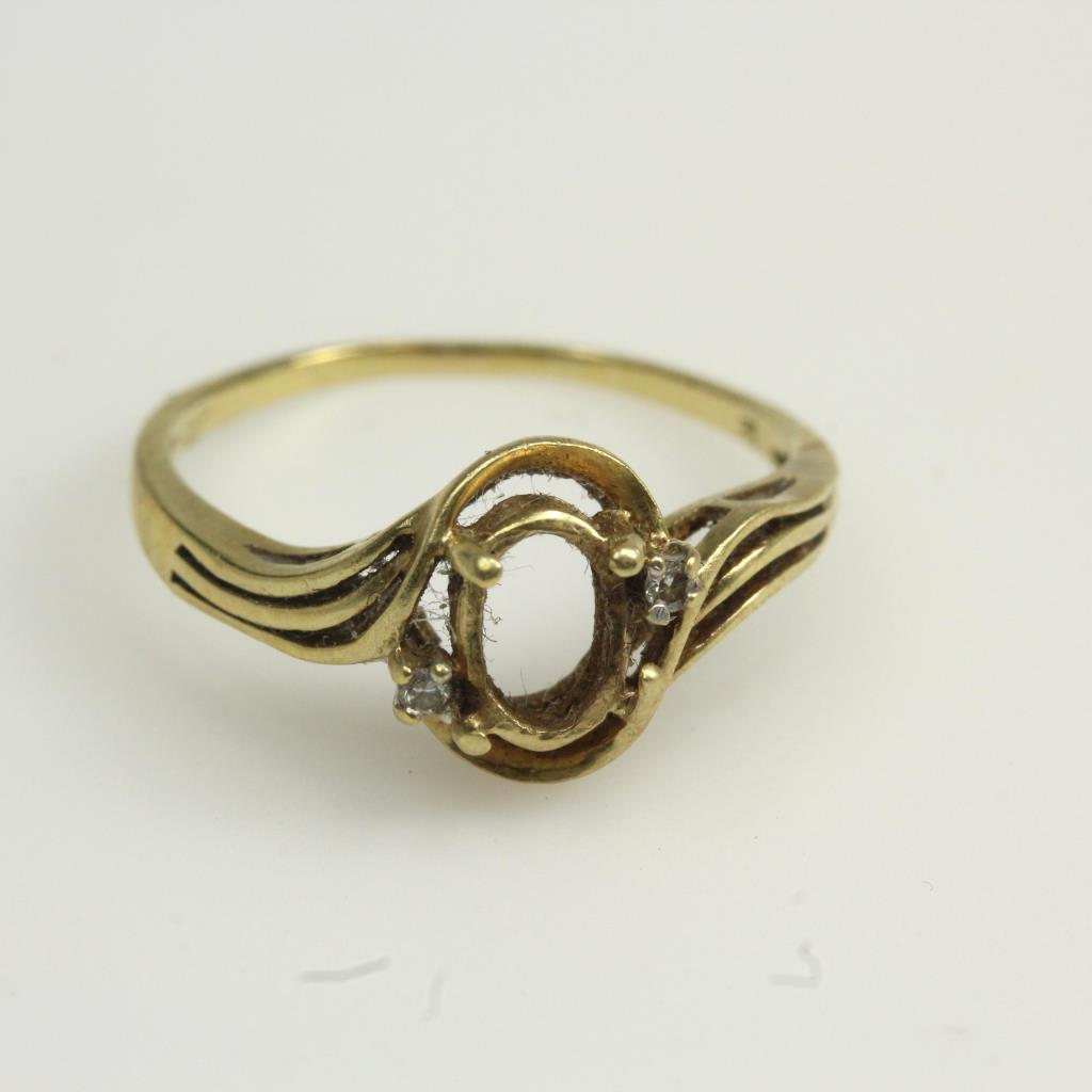 10kt Gold 1 6g Ring With Missing Center Stone And Small Diamond Accents