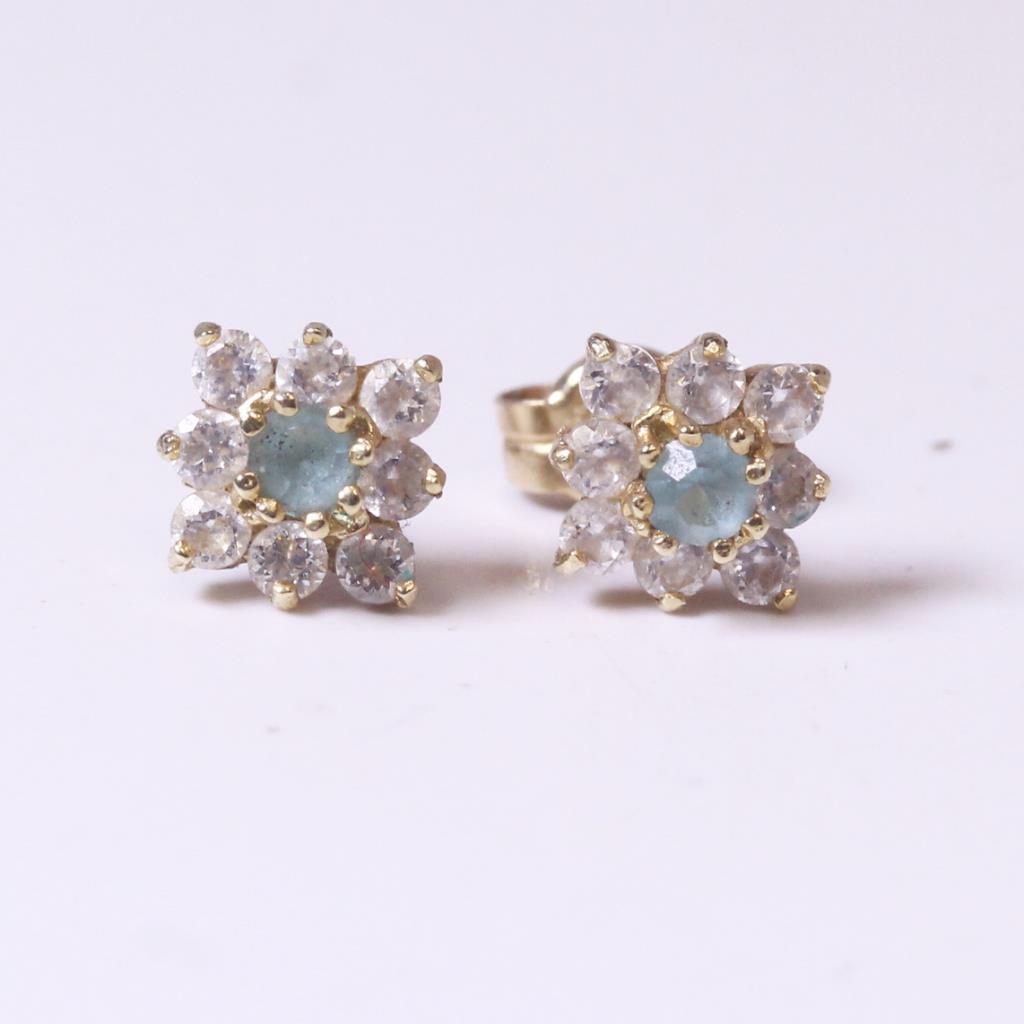 14kt Gold 0 79g Pair Of Flower Shaped Earrings With Clear And Green Stones