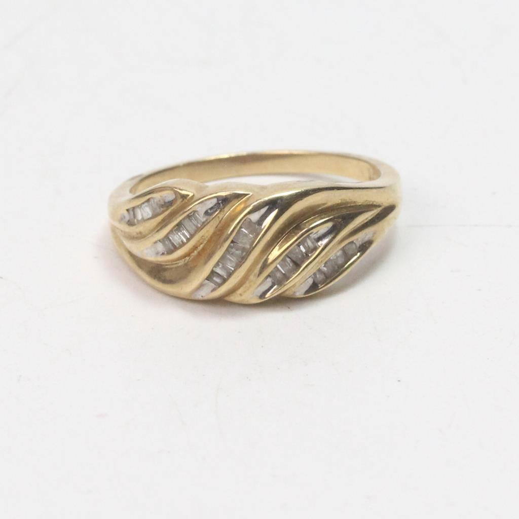 9k Gold 3 37g Ring With Diamond Chips