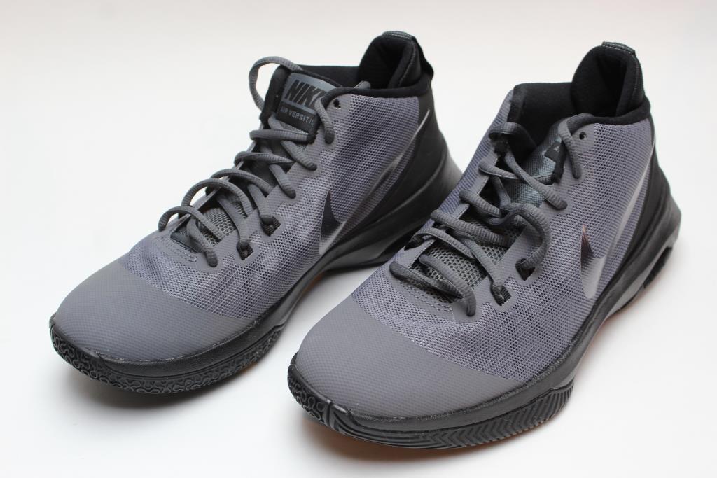 sports shoes c8f95 e3be0 Nike Men s Air Versitile NBK Basketball Shoes, Size 8
