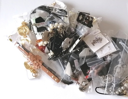 1 BAG OF APPROX.3.5 POUNDS ASSORTED JEWELRY PIECES - 50 PIECES