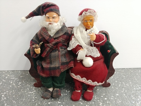 Gemmy Vintage Mr. and Mrs. Clause on A Sofa Singing Animated Christmas Decoration