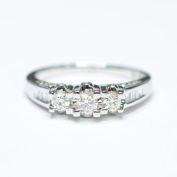 14K White Gold 3.50 Grams 0.50 Carat t.w. Diamond Ring