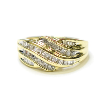 10K Yellow Gold 5.0 Grams 1.00 Carats t.w. Round and Baguette Cut Diamond Ring