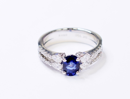 18K White Gold 5.65 Grams Sapphire and Diamond Split Shank Ring