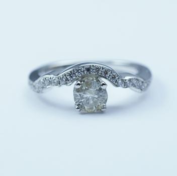 14K White Gold 3.20 Grams Round Diamond Ring With Round Diamond Center