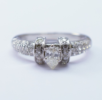 18K White Gold 3.74 Grams Round Diamond Ring With Pear Shape Diamond Center