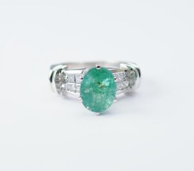 Platinum 9.98 Grams Princess Cut Diamond Ring With Oval Cut Natural Emerald Center