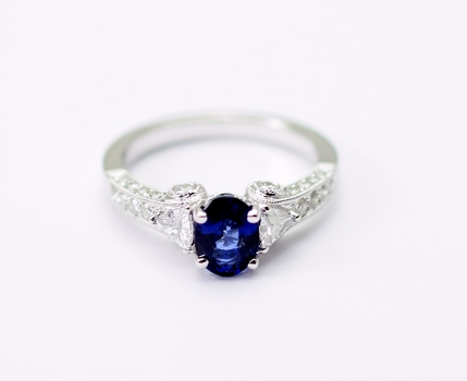 18K White Gold 4.50 Grams Diamond Ring With Oval Shape Sapphire Center Stone