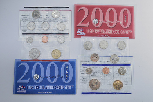 2000 U.S. Uncirculated Mint Set P & D - 20 Coins Including 1st Year Sacagawea Dollars and State Quarters
