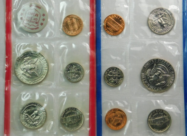 2000 UNCIRCULATED Genuine U.S MINT MINT SETS ISSUED BY U.S